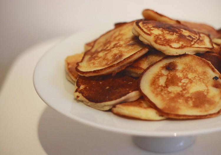 Hommikusöögiretsept: Õhulised hapupiimapannkoogid õunte ja rosinatega