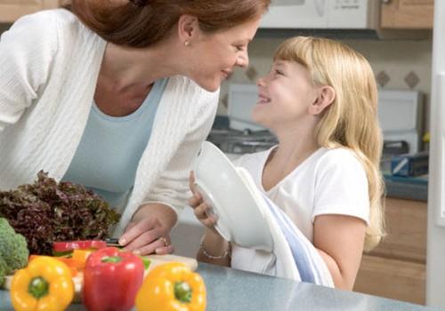 Kasvatusteadlane selgitab: miks peaksid lapsed kodutööde juures kaasa aitama
