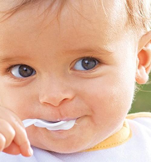 Lusikalt või lusikaga söömine on beebi arengus väga tähtis