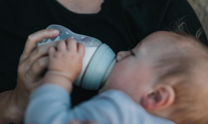 Karm tõsiasi: beebid söövad koos pudelipiimaga ka mikroplasti. Kuidas pudelist eralduvat plastihulka vähendada?