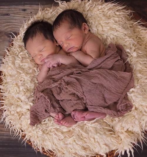 Nunnu video: kaksikud hoiavad imetades käest kinni