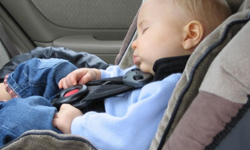 Hoiatav video: ära iialgi jäta last üksi autosse!