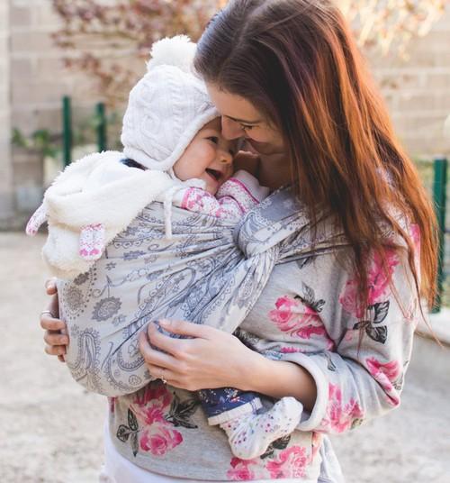 Last tuleb kõhukotis või linas kanda nägu kandja poole
