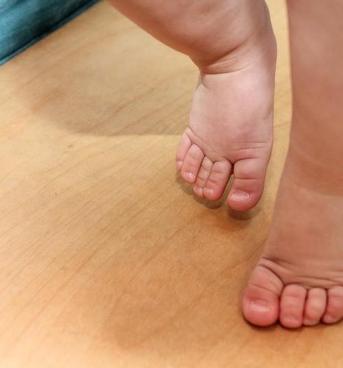 """8 põhjust, miks ei ole hea beebit kätest hoides """"jalutada"""""""