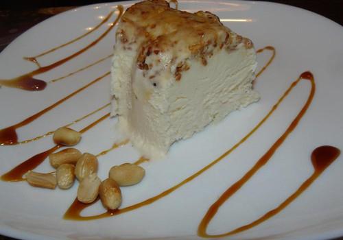 Vaniljejäätis karamelliseeritud pähklitega