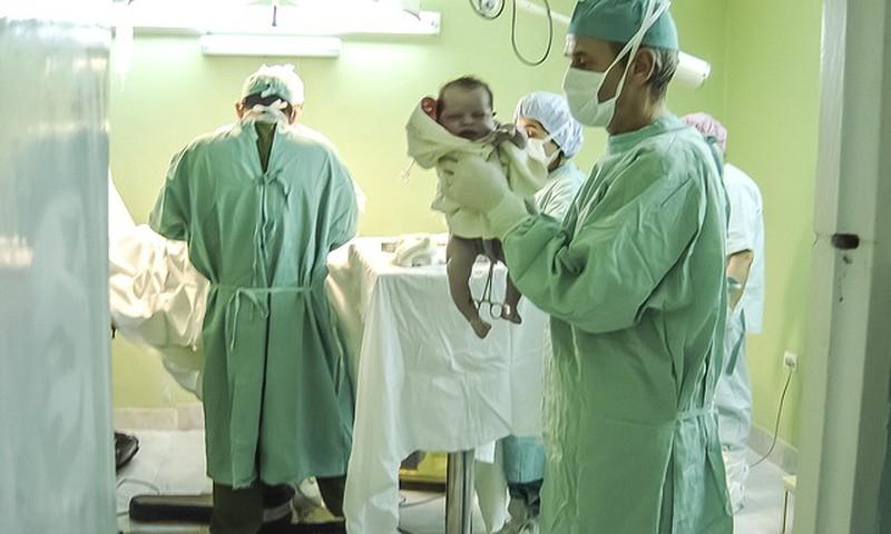 Eluohtlik olukord - loode lõi jala läbi emakaseina