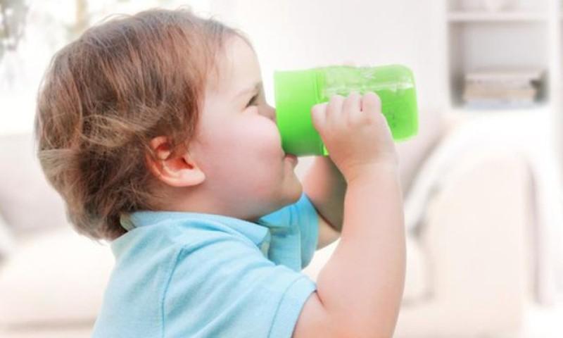 Põhjalik ülevaade: Vesi, mahl, piim ja teised joogid väikelapse toidulaual