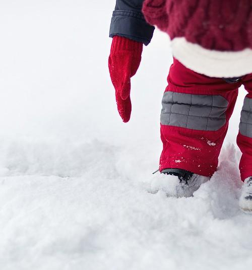 Tallinna lastehoid unustas väikelapse üksi õue, lumes lamava ja appi karjuva lapse leidis mööduja