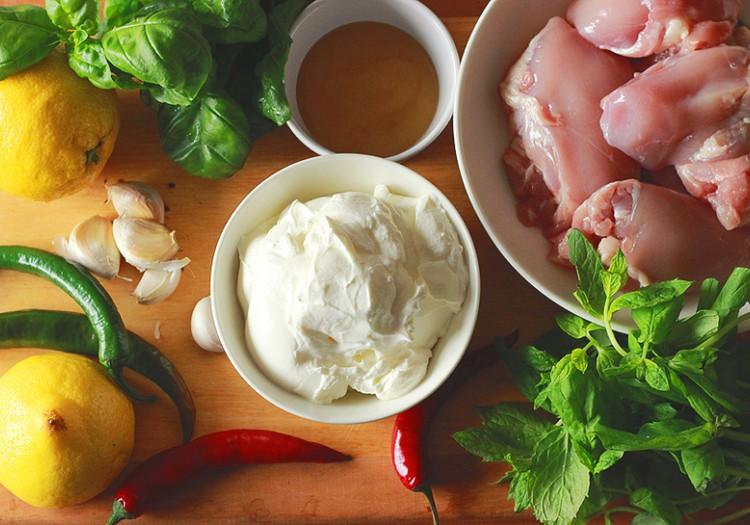 Grillretsept: Särtsakas jogurtimarinaadis kana-kartuli grillvardad