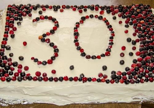 Sünnipäevatort maasikate ja valge šokolaadiga