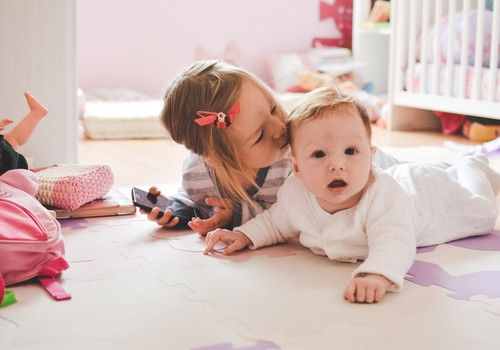 Väikse vanusevahega õdede ema: esialgne trots asendus armastusega