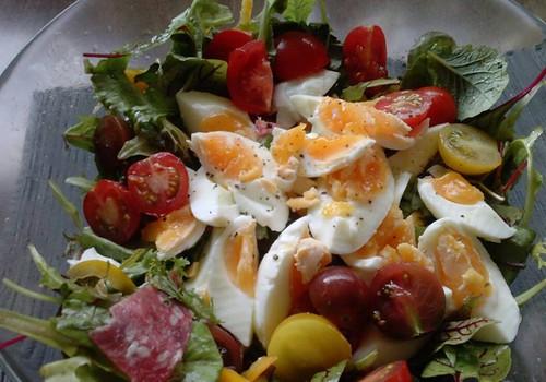 Muna-salaamisalat seedermänniseemnete ja rukolaga