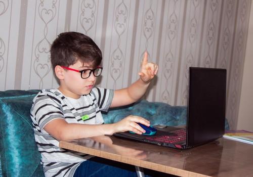 Laps sotsiaalmeedias: mis vanusest on see okei, millised privaatsussätted seada ja kui palju last kontrollida?