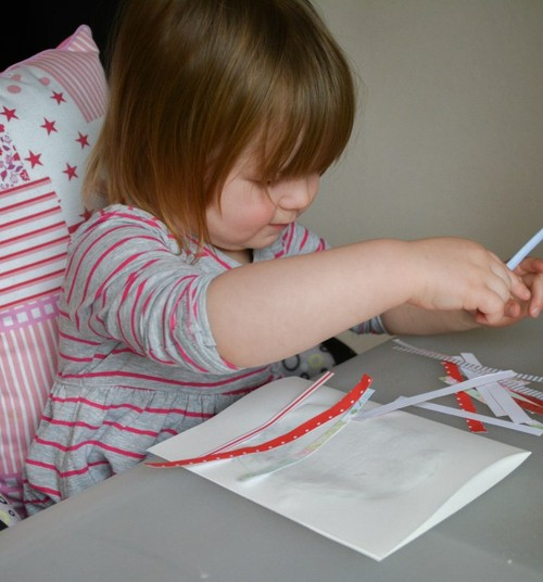 Meisterda väikelapsega lihtne lihavõttekaart