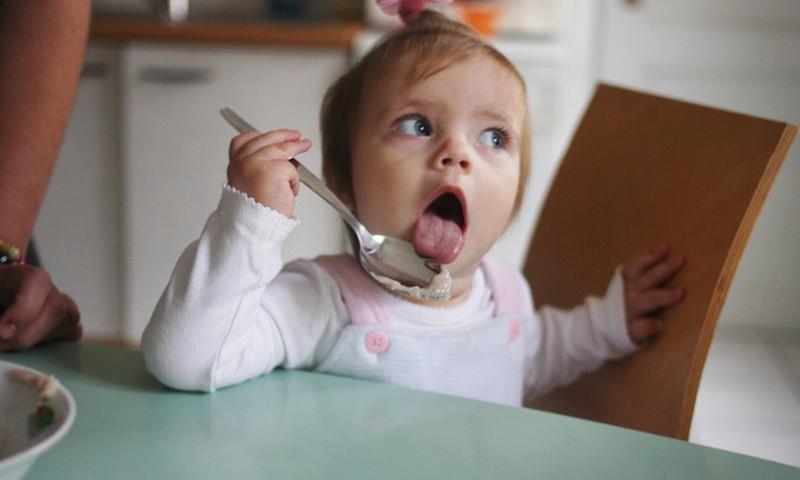 Põhjalik ülevaade: Lastearst õpetab väikelast toitma