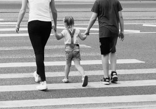 Laps õpib ohutult sõiduteed ületama, kui vanemad seda ette näitavad