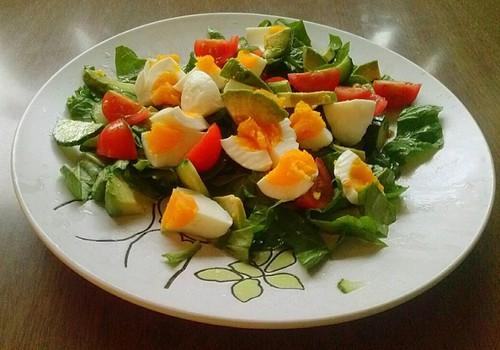 Avokaado-muna salat