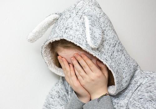 Kogemuslugu: Kartsin terve lapsepõlve magamist, sest vanemad häbistasid mind voodisse pissimise eest