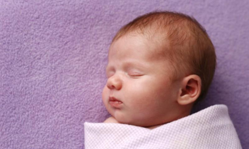 Paljud vanemad ei tea, et tita kõhuli magama panemine võib olla ohtlik
