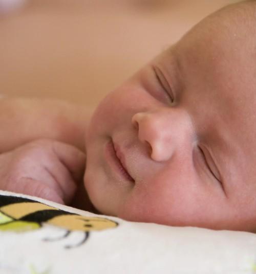 Beebi magab ainult kõhuli. Kas ja kuidas teda ümber õpetada?