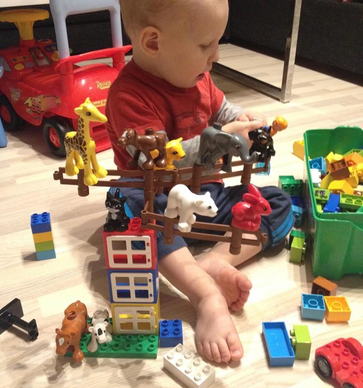 Sebastian ja tema Lego Duplo