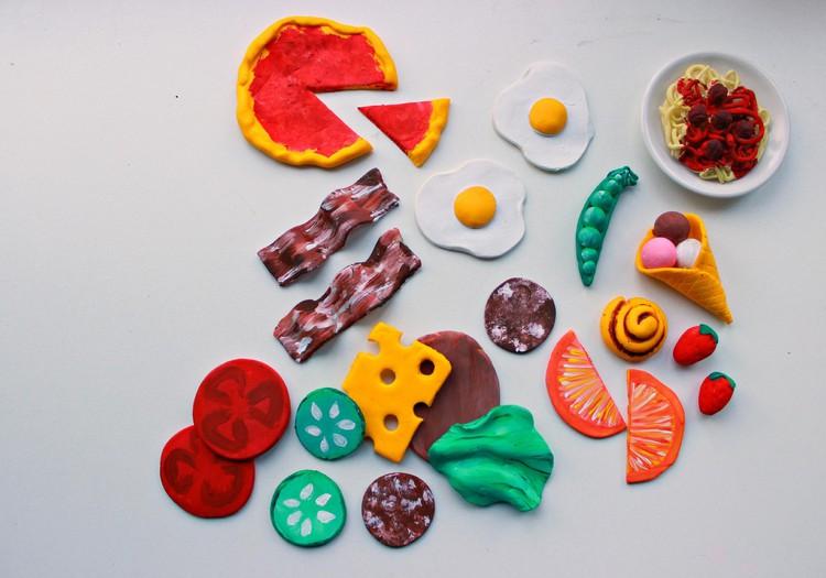 Kodukootud mänguasjad: voolimismassist meisterdatud mängutoit