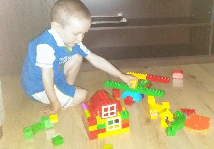Robin mängib Lego Duploga