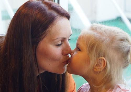 Psühholoogid arutlevad: kas oma last tohib huultele suudelda?