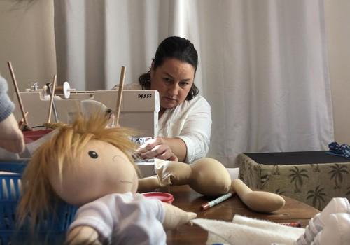 Naine teeb erivajadustega lastele nende moodi nukkusid