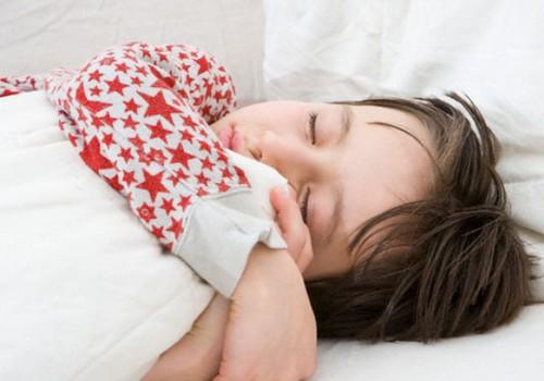 Koolihommikul kõhuvalu kurtvat last teesklejaks tembeldada ei tohi!