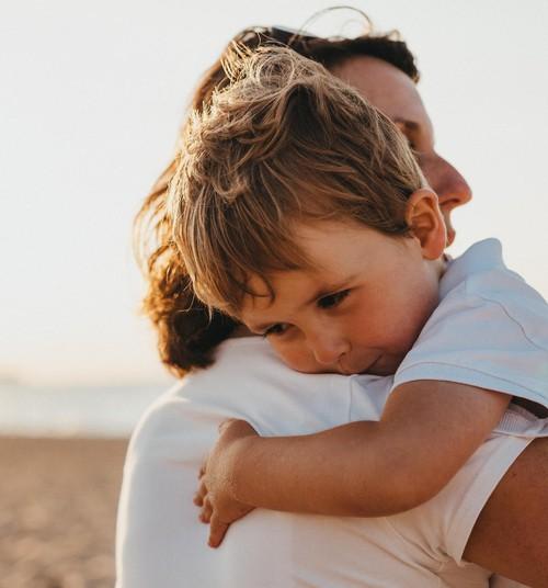 7 teaduslikult tõestatud põhjust, miks oma last rohkem kallistada