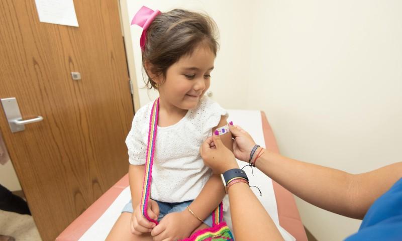 Mõlema poole allikaid kajastav dokumentaalfilm arutleb, miks on vaktsiinikõhklus üle maailma nii laialt levinud