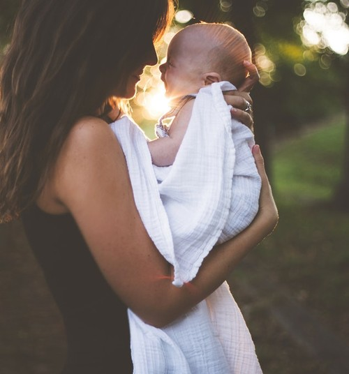 10 nõuannet: mida kinkida äsja emaks saanud naisele