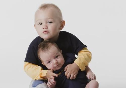 Kui kaks last tahavad korraga sülle, tuleb nad lihtsalt korraga sülle võtta!