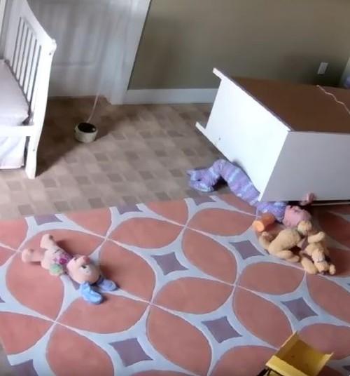 Video: Kaheaastane päästab oma kapi alla jäänud kaksikvenna
