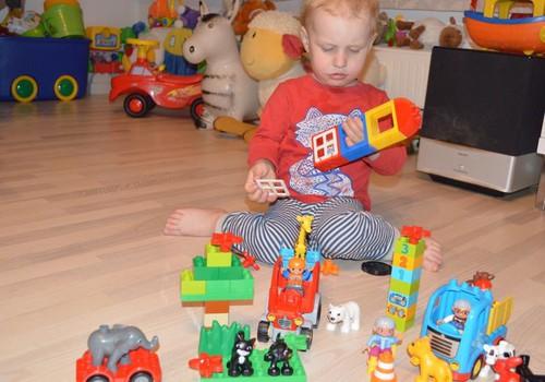 Sebastian mängib Lego Duploga
